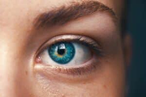 青い目の人の選択的な焦点
